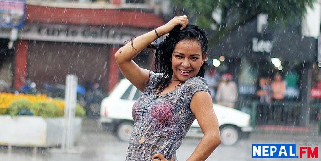 Poojana-Stri-Chocolate-Movie-Song-Betha-Bhulera